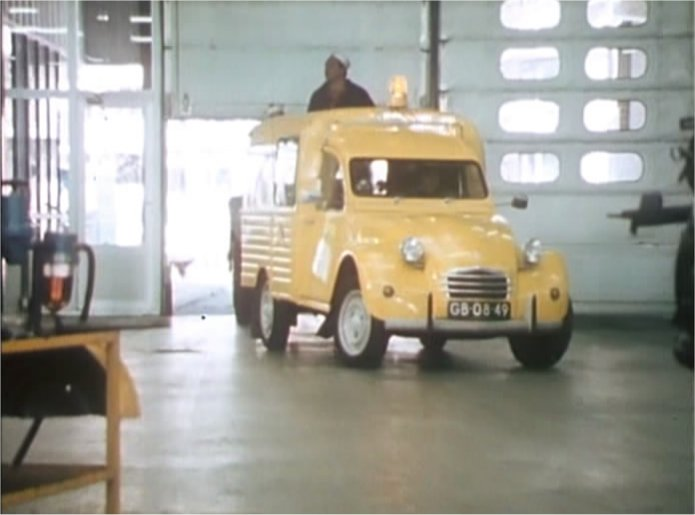 "Vrij IMCDb.org: 1974 Citroën 2CV AK 400 'Besteleend' in ""Peppi en Kokki  UU34"