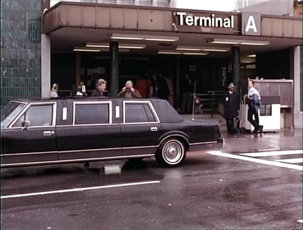 Imcdb Org 1985 Lincoln Town Car Stretched Limousine In Secrets 1992