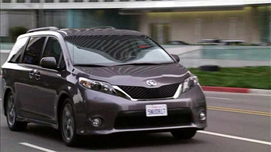 2011 toyota sienna se sl30 in modern family. Black Bedroom Furniture Sets. Home Design Ideas