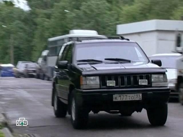 Актер сбивает поехавший автомобиль гранд чероки