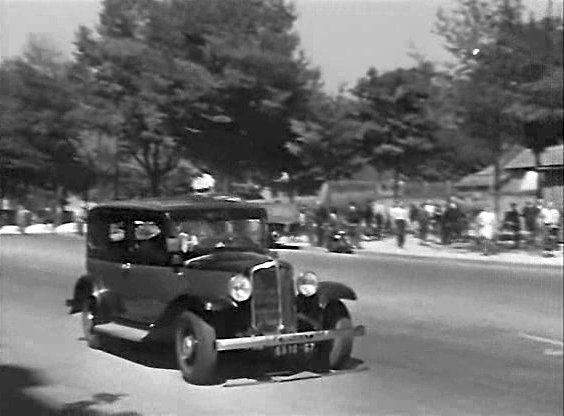 1933 renault taxi g7 type kz11 in 120 rue for Garage des taxis g7