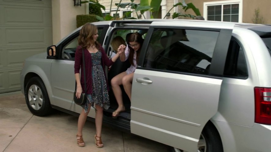 Imcdb Org 2008 Dodge Grand Caravan Se In Modern Family 2009 2019